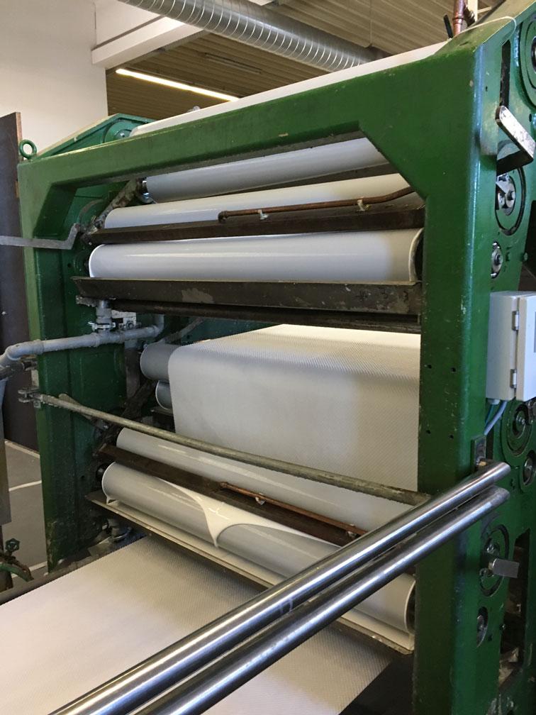 Sondermaschinenbau - Metallteil auf weißem Hintergrund